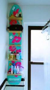 Snowboard-shower-shelf